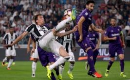 Penyerang Juventus Mario Mandzukic melakukan tendangan dalam laga perdana di J-Stadium, Italia, Minggu (21/8/2016). Juventus berhasil mengalahkan Fiorentina 2-1.