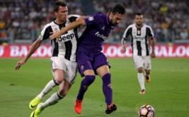 Penyerang Juventus Mario Mandzukic (kiri) berebut bola dengan pemain Fiorentina Davide Astori (tengah) dalam laga perdana di J-Stadium, Italia, Minggu (21/8/2016). Juventus berhasil mengalahkan Fiorentina 2-1.