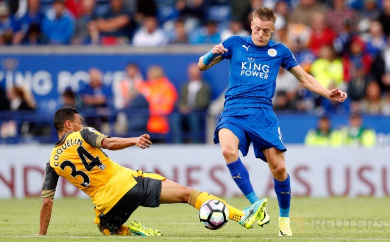 Pemain Leicester City Jamie Vardy berebut bola dengan pemain Arsenal Farancis Coquein pada premier League di King Power Stadium Sabtu atau Minggu (21/8/2016). Arsenal bermain imbang tanpa gol dengan Leicester City.