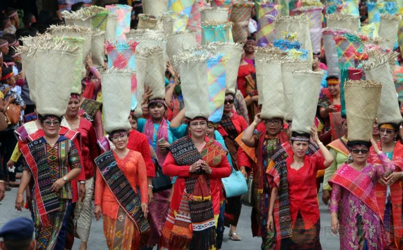 Atraksi Budaya 26 Provinsi Ramaikan Karnaval Danau Toba