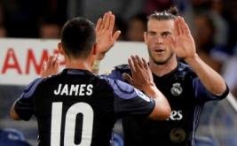 Gareth Bale (kanan) selebrasi bersama James Rodriguez usai mencetak gol ke gawang Real Sociedad.