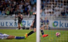 Gareth Bale mencetak gol ke gawang Real Sociedad.