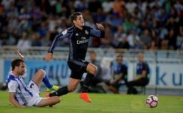 Mikel Gonzalez (kiri) berusaha menghentikan pergerakan dari Alvaro Morata.