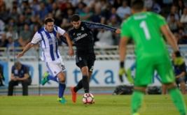 Joseba Zaldua (kiri) berusaha merebut bola dari kaki Alvaro Morata.