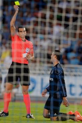 Alvaro Morata diganjar kartu kuning.