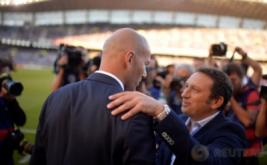 Pelatih Real Madrid Zinedine Zidane (kiri) bersama pelatih Real Sociedad Eusebio Sacristan sebelum laga Ream Madrid kontra Real Sociedad.