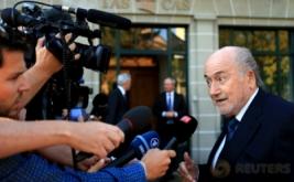 Mantan Presiden FIFA Joseph 'Sepp' Blatter menjawab pertanyaan wartawan setibanya di Pengadilan Arbitrase Olahraga di Lausanne, Swiss, Kamis (25/8/2016). Kedatangan Blatter terkait banding atas hukuman enam tahun larangan terlibat dalam dunia sepakbola karena pelanggaran-pelanggaran etik.