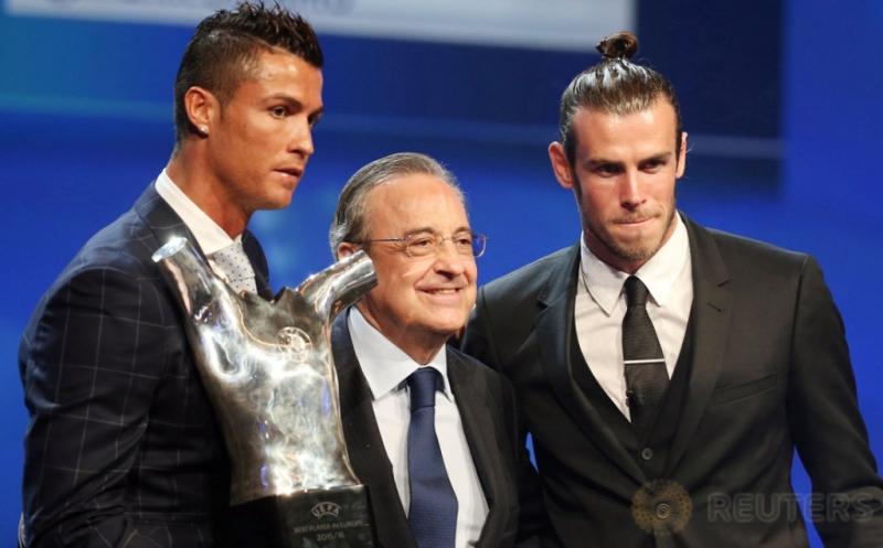 Cristiano Ronaldo (kiri) foto bersama Presiden Real Madrid Florentino Perez (tengah) dan Gareth Bale usai menerima penghargaan Pemain Terbaik UEFA 2015/16 di Monaco, Kamis (25/8/2016).