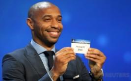 Thierry Henry menunjukkan kertas bertuliskan Arsenal saat pengundian fase grup Liga Champions 2016-2017 di Monaco, Kamis (25/8/2016) waktu setempat. Arsenal berada di Grup A bersama PSG, FC Basel, dan PFC Ludogorets Razgrad.