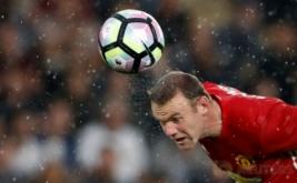 Wayne Rooney menyundul bola pada matchday ketiga Liga Inggris yang mempertemukan Manchester United dengan Hull City.