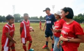 Manager Teknik Asian Soccer Academy (ASA) Lee Hawkins (ketiga kanan) bersama Corporate Affairs Regional Manager West Java Coca Cola Amatil Indonesia Nurlida Fatmikasari (kedua kanan) dan CSR Specialist Ardhina Zaiza (kanan) berbincang dengan peserta Coke Kicks di GOR Pajajaran, Bogor, Jawa Barat, Sabtu (27/8/2016). Coke Kicks merupakan program kerjasama Coca Cola Amitil Indonesia dengan ASA yakni berupa pelatihan bagi 12.000 peserta muda usia 12-17 di 517 desa di seluruh Indonesia antara lain Palembang, Cirebon, Ambon, Pontianak, dan Bali.