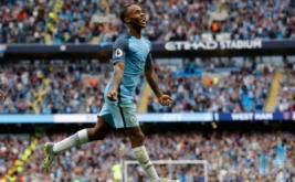 Pemain Manchester CIty Raheem Sterling melakukan selebrasi usai mencetak gol dalam laga lanjutan Premier League, Inggris, Senin (29/8/2016) dini hari WIB. Manchester City berhasil mengalahkan West Ham dengan skor 3-1.