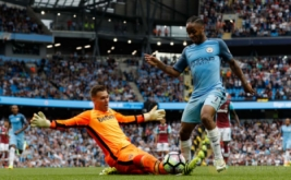 Pemain Manchester CIty Raheem Sterling dihadang penjaga gawang West Ham Adrian dalam laga lanjutan Premier League, Inggris, Senin (29/8/2016) dini hari WIB. Manchester City berhasil mengalahkan West Ham dengan skor 3-1.