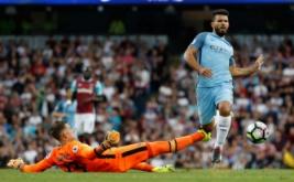 Pemain Manchester CIty Sergio Aguero dihadang penjaga gawang West Ham Adrian dalam laga lanjutan Premier League, Inggris, Senin (29/8/2016) dini hari WIB. Manchester City berhasil mengalahkan West Ham dengan skor 3-1.
