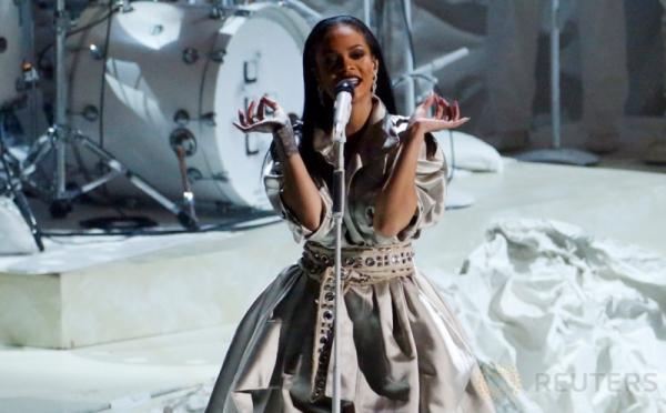 Rihanna Tampil di MTV Video Music Awards 2016