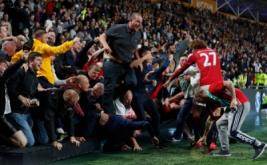 Marouane Fellaini (27) membantu suporter Manchester United yang tersungkur saat merayakan gol Marcus Rashford ke gawang Hull City di KCOM Stadium. Aksi heroik pemain kribo tersebut menjadi sorotan publik.