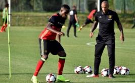 Thierry Henry (kaan) bersama Divock Origi pada sesi latihan timnas Belgia, Senin (29/8/2016). Henry ditunjuk sebagai asisten pelatih Roberto Martinez dalam menukangi timnas Belgia.