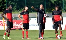 Thierry Henry (dua kanan) pada sesi latihan timnas Belgia, Senin (29/8/2016). Henry ditunjuk sebagai asisten pelatih Roberto Martinez dalam menukangi timnas Belgia.