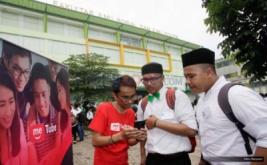 <p>  Marketing MeTube.id Rhozie Oksaputra (kaus merah) menjelaskan kepada para mahasiswa baru tentang situs MeTube.id di Kampus Universitas Muhammadyah Jakarta (UMJ),Tagerang Selatan, Rabu (31/8/2016).</p>