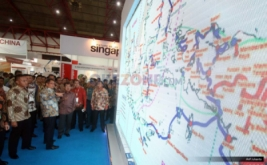 <p>  Wakil Presiden Jusuf Kalla mengunjungi booth peserta pameran pada  pembukaan Information and Communication Tehnology (ICT) Summit.</p>