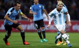 Pemain Timnas Argentina Lionel Messi melewati para pemain Uruguay pada kualifikasi Piala Dunia 2018 zona CONMEBOL  di Estadio Malvinas, Argentina, Jumat (2/9/2016). Gol semata wayang Lionel Messi membawa Argentina meraih kemenangan 1-0 melawan Uruguay.