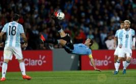 Pemain Timnas Uruguay Diego Godin melakukan tendangan salto pada kualifikasi Piala Dunia 2018 zona CONMEBOL  di Estadio Malvinas, Argentina, Jumat (2/9/2016). Gol semata wayang Lionel Messi membawa Argentina meraih kemenangan 1-0 melawan Uruguay.