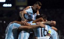 Para pemain Argentina melakukan selebrasi pada kualifikasi Piala Dunia 2018 zona CONMEBOL  di Estadio Malvinas, Argentina, Jumat (2/9/2016). Gol semata wayang Lionel Messi membawa Argentina meraih kemenangan 1-0 melawan Uruguay.