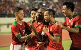Pesepak bola timnas Indonesia Boaz Solossa dipeluk rekannya seusai mencetak gol ke gawang timnas Malaysia pada laga persahabatan di Stadion Manahan Solo, Jawa Tengah, Selasa (6/9/2016) malam. Timnas Indonesia menang telak dengan skor 3-0, dalam laga persahabatan ini.