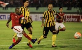 Pesepak bola timnas Indonesia Boaz Salossa (kiri) melakukan selebrasi seusai mencetak gol ke gawang timnas Malaysia pada laga persahabatan di Stadion Manahan Solo, Jawa Tengah, Selasa (6/9/2016) malam.  Timnas Indonesia menang telak dengan skor 3-0, dalam laga persahabatan ini.