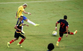 Neymar (kiri atas) mencetak gol ke gawang Kolombia pada laga Kualifikasi Piala Dunia 2018 zona Amerika Selatan (Conmebol) di Stadion Amazonia Manaus, Brasil, Rabu (7/9/2016) dini hari WIB.