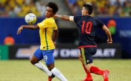James Rodriguez (kanan) berusaha merebut bola dari Willian pada laga Kualifikasi Piala Dunia 2018 zona Amerika Selatan (Conmebol) di Stadion Amazonia Manaus, Brasil, Rabu (7/9/2016) dini hari WIB.