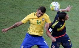 Marquinhos (kiri) berebut bola dengan Carlos Bacca pada laga Kualifikasi Piala Dunia 2018 zona Amerika Selatan (Conmebol) di Stadion Amazonia Manaus, Brasil, Rabu (7/9/2016) dini hari WIB.