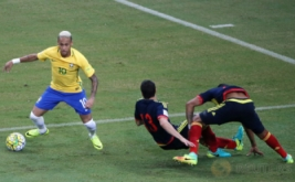 Neymar (kiri) mengecoh dua pemain Kolombia John Medina (tengah) dan Jeison Murillo pada laga Kualifikasi Piala Dunia 2018 zona Amerika Selatan (Conmebol) di Stadion Amazonia Manaus, Brasil, Rabu (7/9/2016) dini hari WIB.