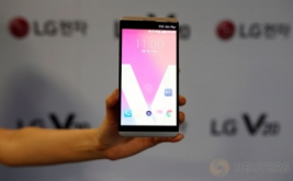 <p>  Dua model menunjukkan ponsel LG V20 saat diperkenalkan di Seoul, Korea Selatan, Rabu (7/9/2016). V20 dikabarkan dibekali prosesor Snapdragon 820 dengan RAM 4 GB.</p>