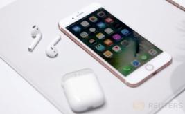 <p>  CEO Apple Tim Cook saat memperkenalkan ponsel terbaru dari Apple di San Francisco, California, Amerika Serikat, Rabu (7/9/2016). Apple resmi merilis ponsel pintar tahan air, iPhone 7 dan iPhone 7 Plus.</p>