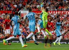 """Claudio Bravo saat meninggalkan gawang untuk mengambil bola dari umpan tendangan bebas Wayne Rooney pada pertandingan Manchester United vs Manchester City di Stadion Old Trafford, Inggris, Sabtu (10/9/2016). Pada """"Derby Manchester"""" MU takluk di kandang sendiri dengan skor 2-1."""