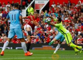 """Tendangan Ibrahimovic saat berbuah gol memperkecil kedudukan pada pertandingan Manchester United vs Manchester City di Stadion Old Trafford, Inggris, Sabtu (10/9/2016). Pada """"Derby Manchester"""" MU takluk di kandang sendiri dengan skor 2-1."""