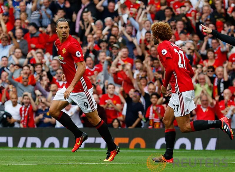 "Selebrasi Zlatan Ibrahimovic usai memperkecil keunggulan Manchester City pada pertandingan Manchester United vs Manchester City di Stadion Old Trafford, Inggris, Sabtu (10/9/2016). Pada ""Derby Manchester"" MU takluk di kandang sendiri dengan skor 2-1."