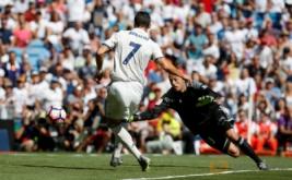 Cristiano Ronaldo saat mencetak gol pertama bagi Real Madrid pada pertandingan Real Madrid vs Osasuna di Stadion  Santiago Bernabeu , Madrid , Spanyol 10/09/16 . Pada pertandingan tersebut Real Madrid menang telak dengan skor 5-2.
