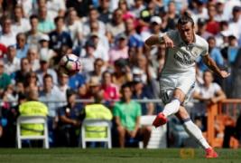 Tendangan melesat dari Gareth Bale pada pertandingan Real Madrid vs Osasuna di Stadion  Santiago Bernabeu , Madrid , Spanyol 10/09/16 . Pada pertandingan tersebut Real Madrid menang telak dengan skor 5-2.