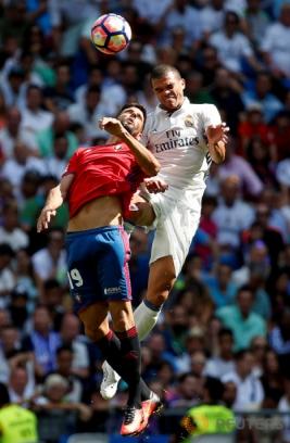 Pepe saat melakukan sundulan ke gawang ke gawang Osasuna pada pertandingan Real Madrid vs Osasuna di Stadion  Santiago Bernabeu , Madrid , Spanyol 10/09/16 . Pada pertandingan tersebut Real Madrid menang telak dengan skor 5-2.