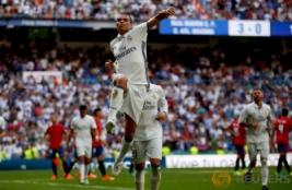 Selebrasi pemain Real Madrid Pepe usai mencetak gol ke empat bagi Real Madrid pada pertandingan Real Madrid vs Osasuna di Stadion  Santiago Bernabeu , Madrid , Spanyol 10/09/16 . Pada pertandingan tersebut Real Madrid menang telak dengan skor 5-2.