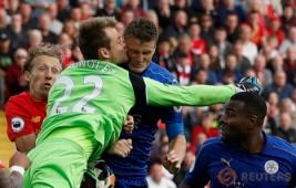 Kiper Mignolet saat berebut bola dengan pemain Leicester Robert Huth pada pertandingan Liverpool vs Leicester City di Stadion Anfield, Inggris, Sabtu (10/9/2016). Pada pertandingan tersebut tuan rumah berhasil menang telak 4-1 atas juara bertahan Leicester.