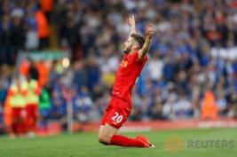 Selebrasi pemain Liverpool Adam Lallana usai mencetak gol ke tiga pada pertandingan Liverpool vs Leicester City di Stadion Anfield, Inggris, Sabtu (10/9/2016). Pada pertandingan tersebut tuan rumah berhasil menang telak 4-1 atas juara bertahan Leicester.