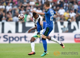 Pemain Juventus Alex Sandro (kiri) saat merebut bola dengan pemain Sassuolo Marcello Gazzola pada pertandingan Juventus vs Sassuolo di Stadion, Turin, Italia, Sabtu (10/9/2016). Pada pertandingan tersebut Juventus berhasil mengalahkan Sassuolo dengan skor 3-1.
