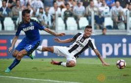 Pemain Juventus Paulo Dybala saat berebut bola dengan pemain Sassuolo Francesco Acerbi pada pertandingan Juventus vs Sassuolo di Stadion, Turin, Italia, Sabtu (10/9/2016). Pada pertandingan tersebut Juventus berhasil mengalahkan Sassuolo dengan skor 3-1.