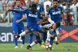Pemain Sassuolo Alfred Duncan saat berhasil merebut bola dengan pemain Juventus Paulo Dybala saat berebut bola pada pertandingan Juventus vs Sassuolo di Stadion, Turin, Italia, Sabtu (10/9/2016). Pada pertandingan tersebut Juventus berhasil mengalahkan Sassuolo dengan skor 3-1.