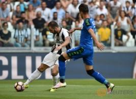 Gonzalo Higuain saat mencetak gol pertama untuk Juventus pada pertandingan Juventus vs Sassuolo di Stadion, Turin, Italia, Sabtu (10/9/2016). Pada pertandingan tersebut Juventus berhasil mengalahkan Sassuolo dengan skor 3-1.