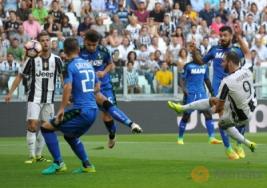 Tendangan volley Gonzalo Higuain yang berhasil gol pada pertandingan Juventus vs Sassuolo di Stadion, Turin, Italia, Sabtu (10/9/2016). Pada pertandingan tersebut Juventus berhasil mengalahkan Sassuolo dengan skor 3-1.