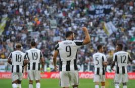 Selebrasi Gonzalo Higuain bersam tim usai mencetak gol pada pertandingan Juventus vs Sassuolo di Stadion, Turin, Italia, Sabtu (10/9/2016). Pada pertandingan tersebut Juventus berhasil mengalahkan Sassuolo dengan skor 3-1.